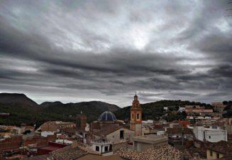 Vistes i torre de Serra amb el cel nuvol