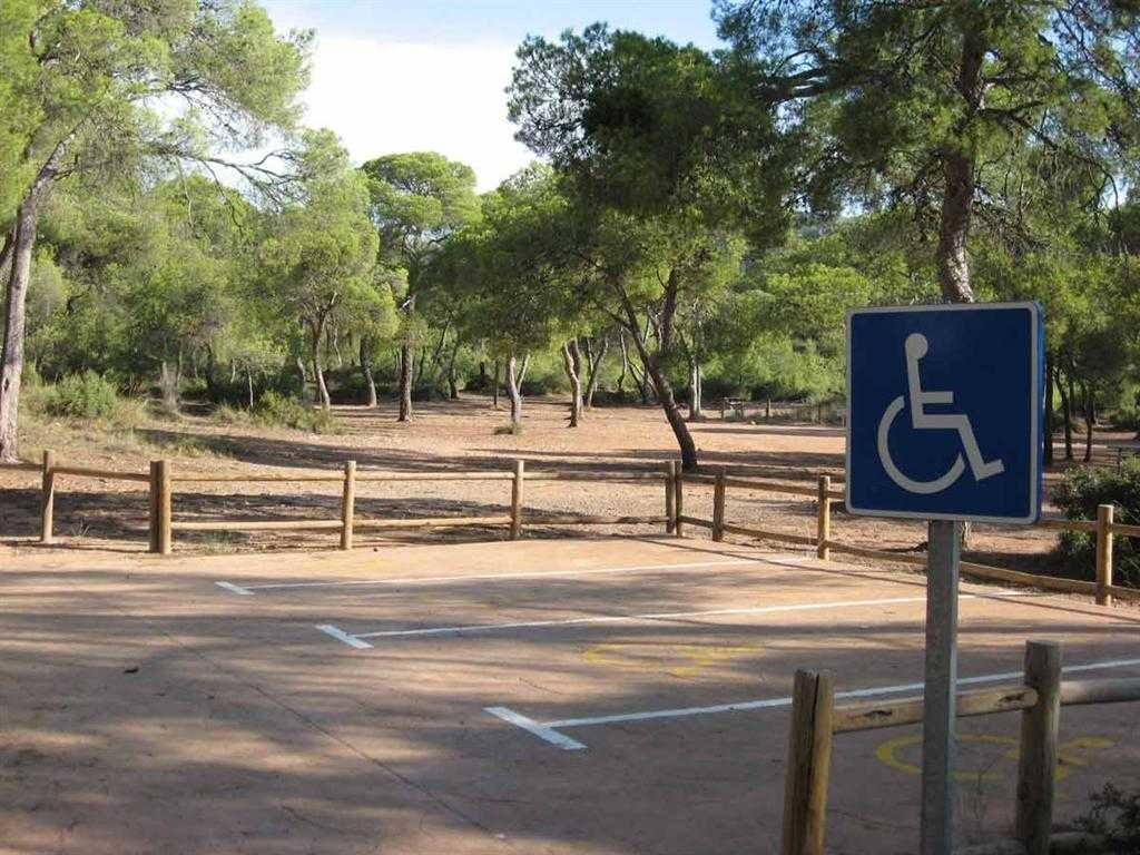 Estacionament àrea recreativa portaceli a Serra
